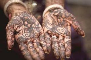 Costruire un festival attorno all'arte dell'henné: un campo in Tunisia