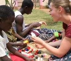 Intrattenimento e gioco per bambini con disabilità: campo in Togo