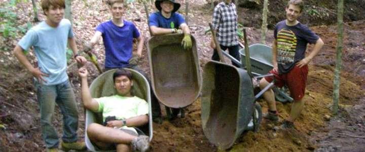 Costruire un sentiero per quattro stagioni attraverso una foresta negli USA
