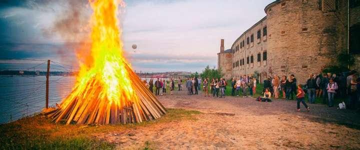 Un campo in Estonia in supporto alla tradizionale Gara degli Artisti del Fuoco