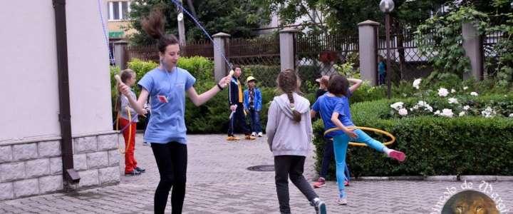 Dipingere l'estate di colori: un campo con bambini e bambine in Moldavia