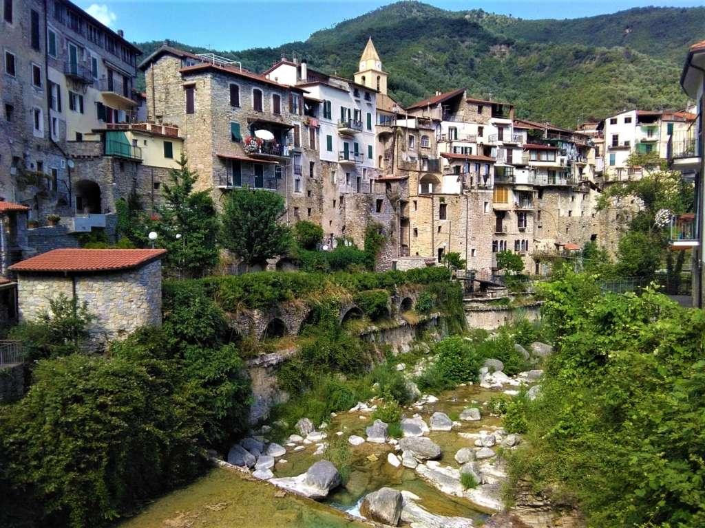 Ecovillaggio Torri superiore: un campo di architettura tradizionale e vita comunitaria