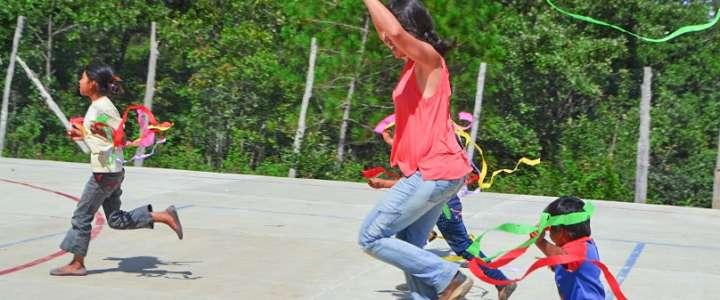 Attività con bambini all'interno di un progetto comunitario: un campo in Messico